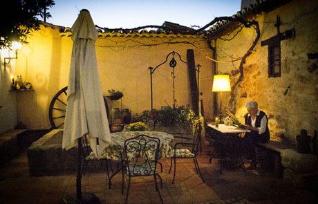 patio nocturno de la bodega entrambasorillas en zamora