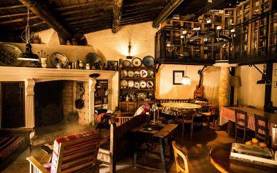 Salón con chimenea y biblioteca